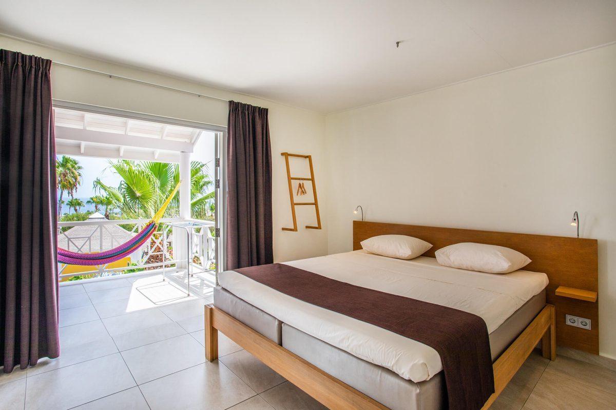 De slaapkamer van de Chogogo slaap appartementen is voorzien van airconditioning en een tweepersoonsbed.