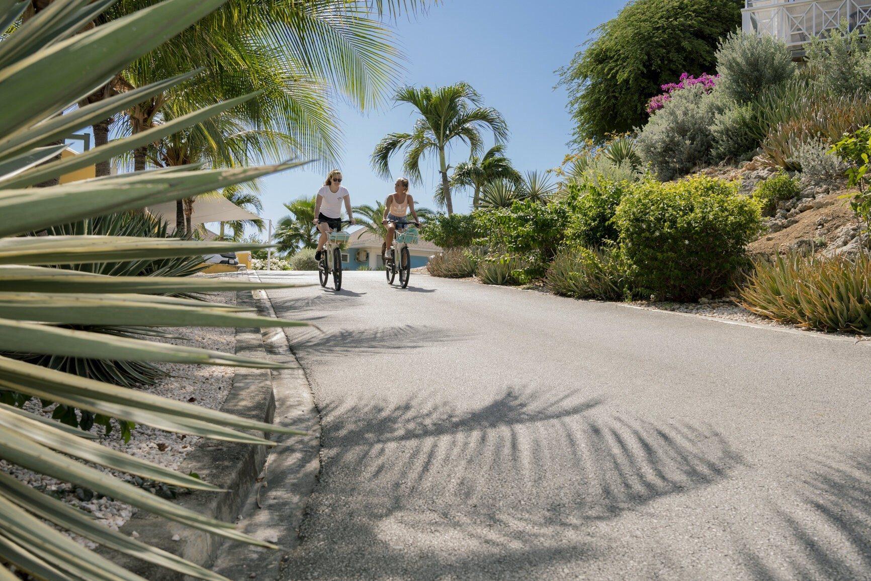 2 female tourists enjoying their time on the Chogogo Curacao rental bikes.