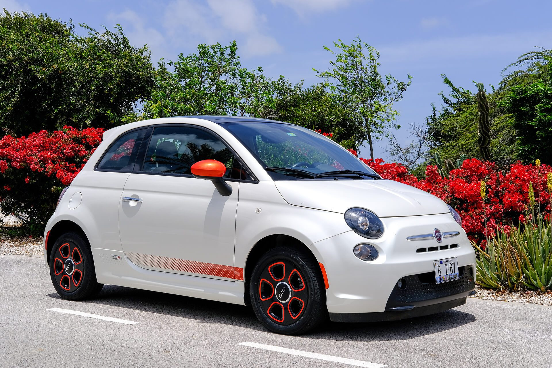 A white fiat, from the Chogogo Curacao car rental service.