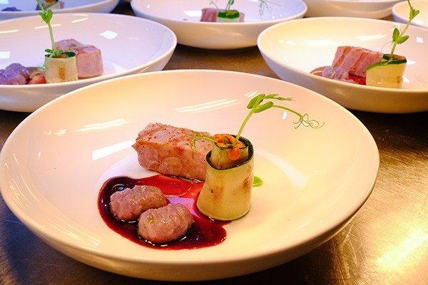 Restaurant & Bar Salú heeft een dinermenu met lokale ingrediënten.