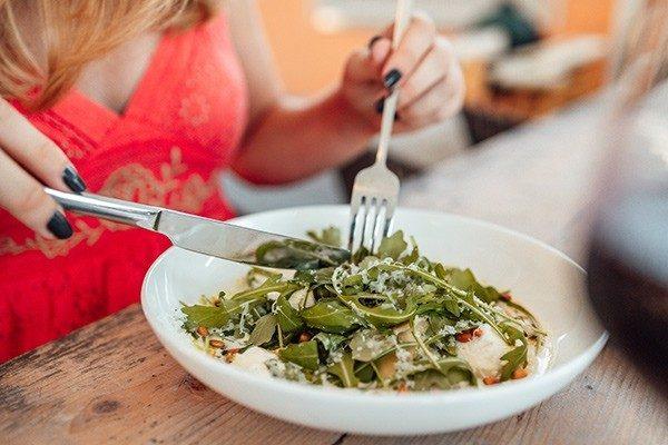 Het lunchmenu van Restaurant & Bar Salú heeft lichtere gerechten naast dagschotels en een verse vangst van de dag.